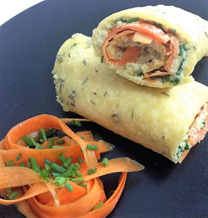 Crepes arrotolate glutenfree con maionese di mandorle, carote ed erba cipollina