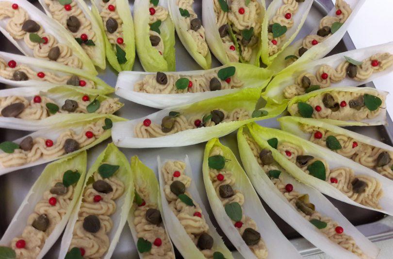 Barchette di indivia belga con patè di ceci e capperi