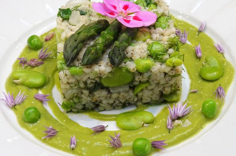 Sorgo di primavera con fave e piselli freschi, finocchietto e salsa di asparagi
