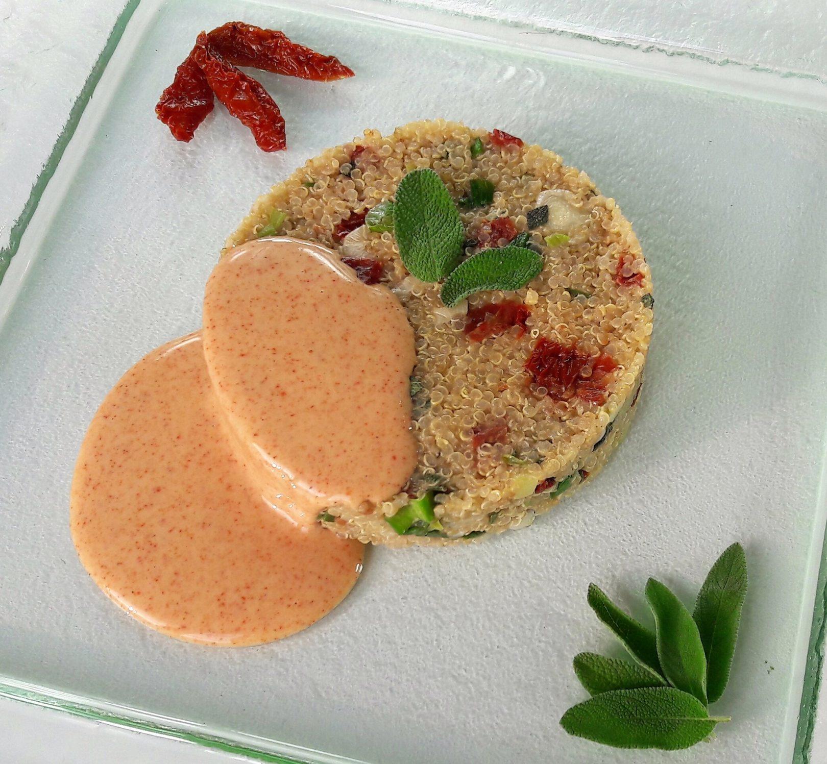 Quinoa con cipollotti, pomodori secchi, salvia e salsa alla paprika