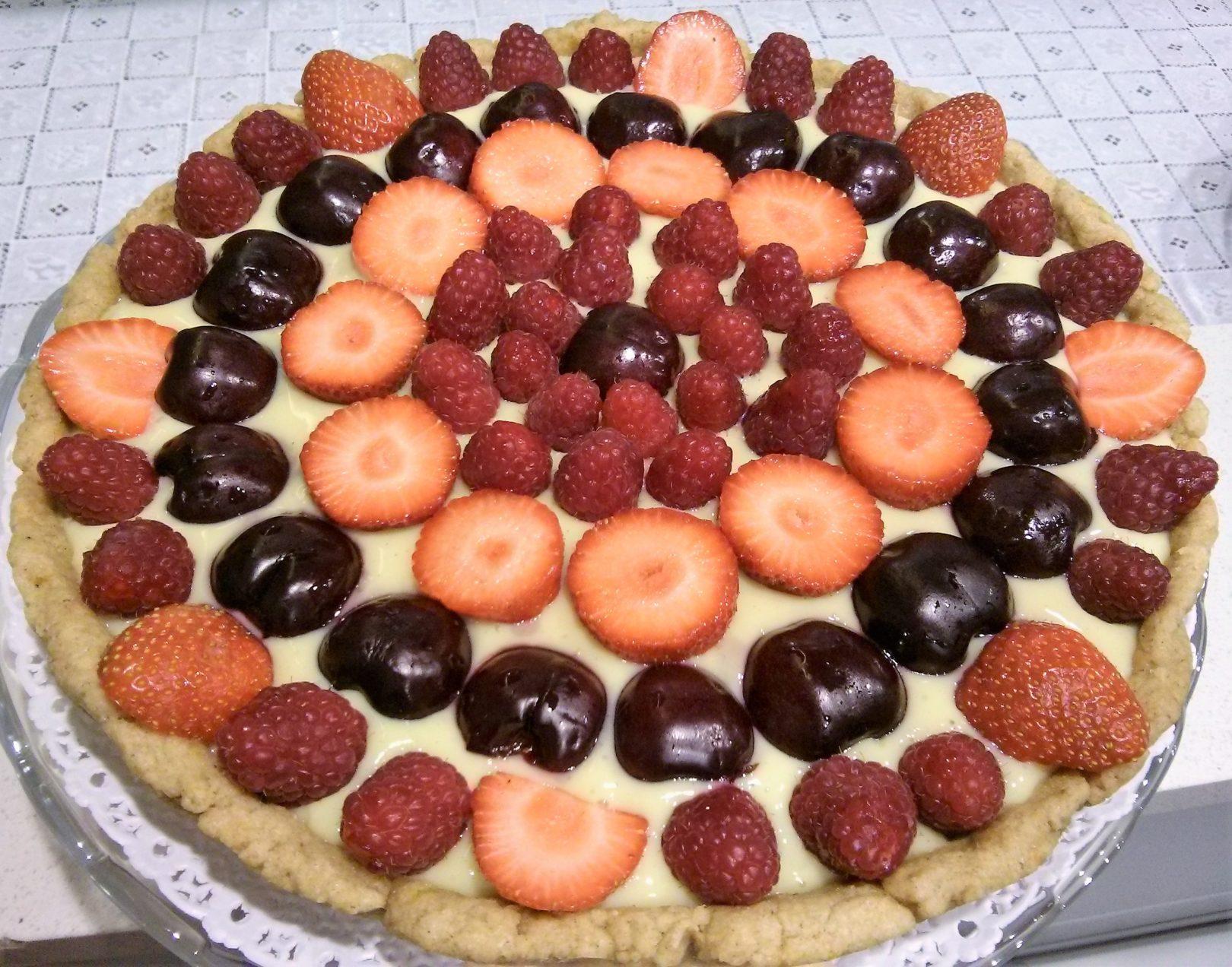 Crostata di pasta frolla con crema alla vaniglia e frutta fresca