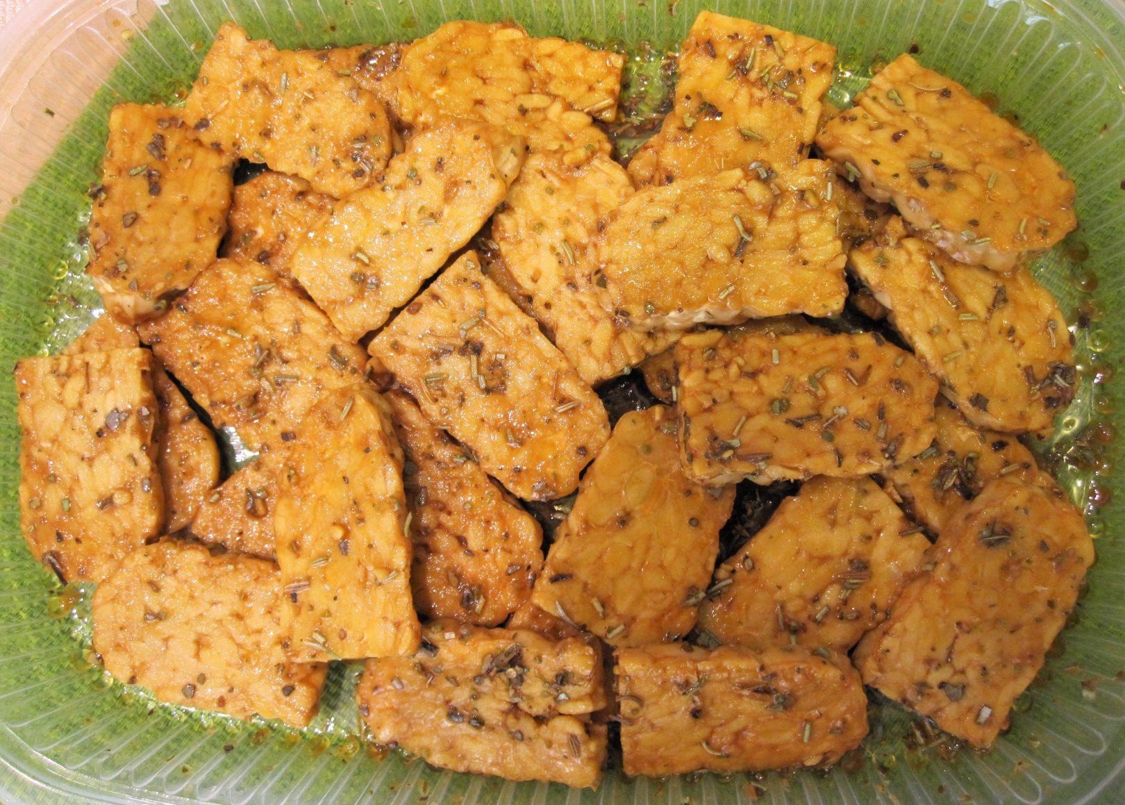 Mattonella di tempeh alle erbe con patè di tofu alle olive