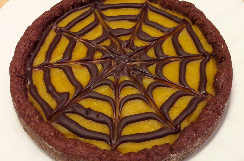 """Crostata semintegrale al cacao con crema dolce di zucca e """"ragnatela"""" di cioccolato"""