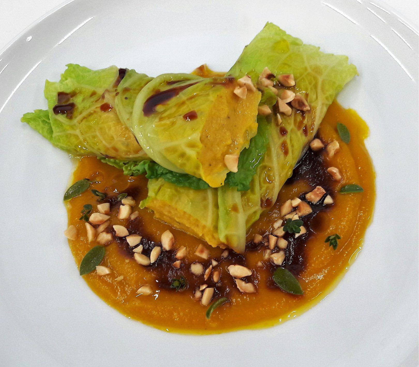 Involtini di verza ripieni di ceci e carote al timo su crema di zucca