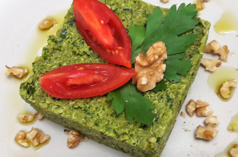 Quinoa al pesto di sedano e prezzemolo, con frutta secca e alga chlorella
