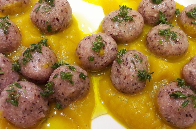 Gnocchi di patate magenta e saraceno su crema di zucca ed erbe aromatiche