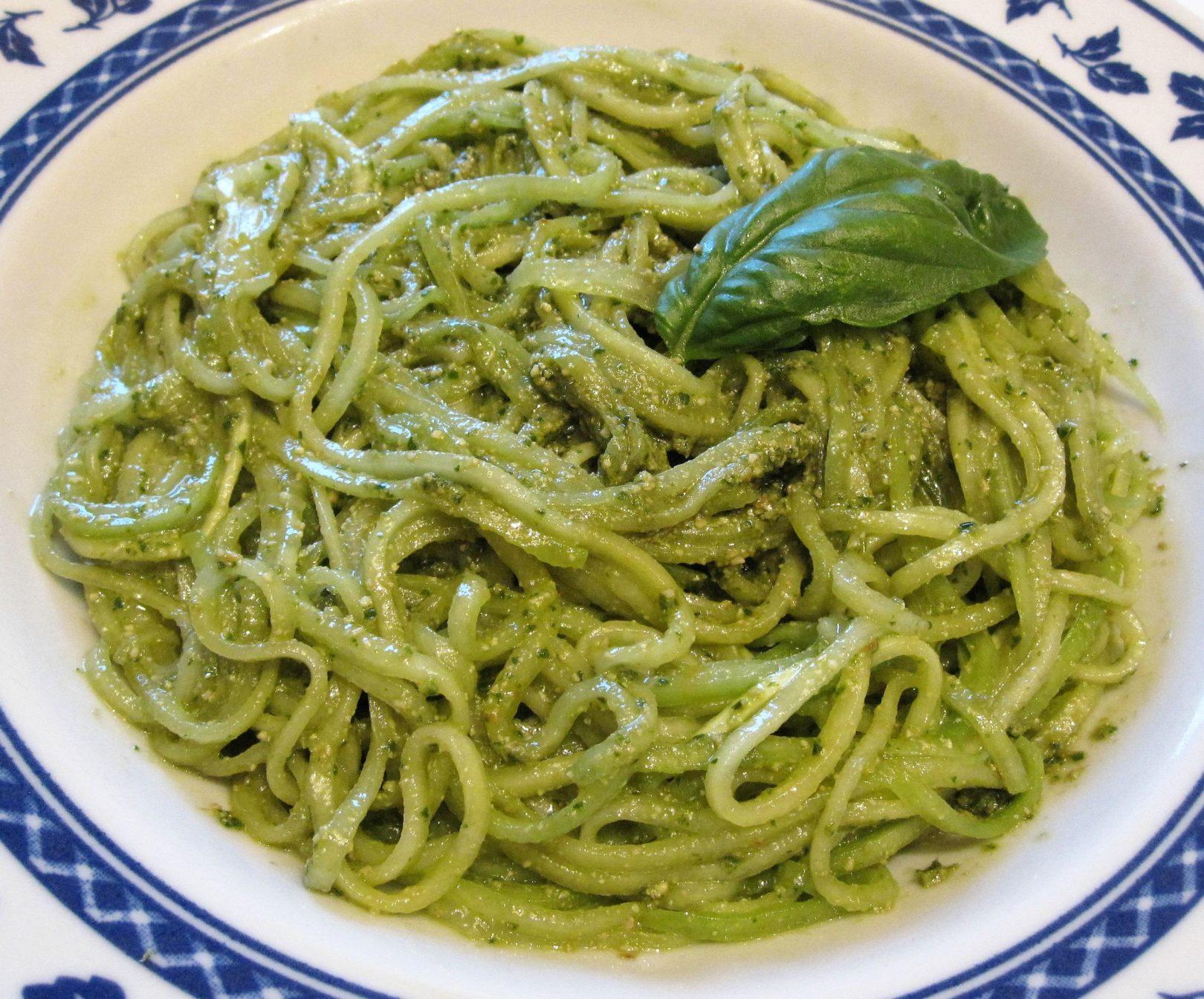 Spaghetti di cetrioli al pesto