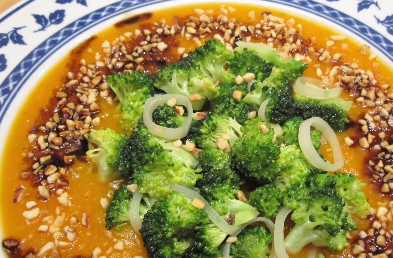 Crema di zucca con broccoletti, granella di nocciole e tamari