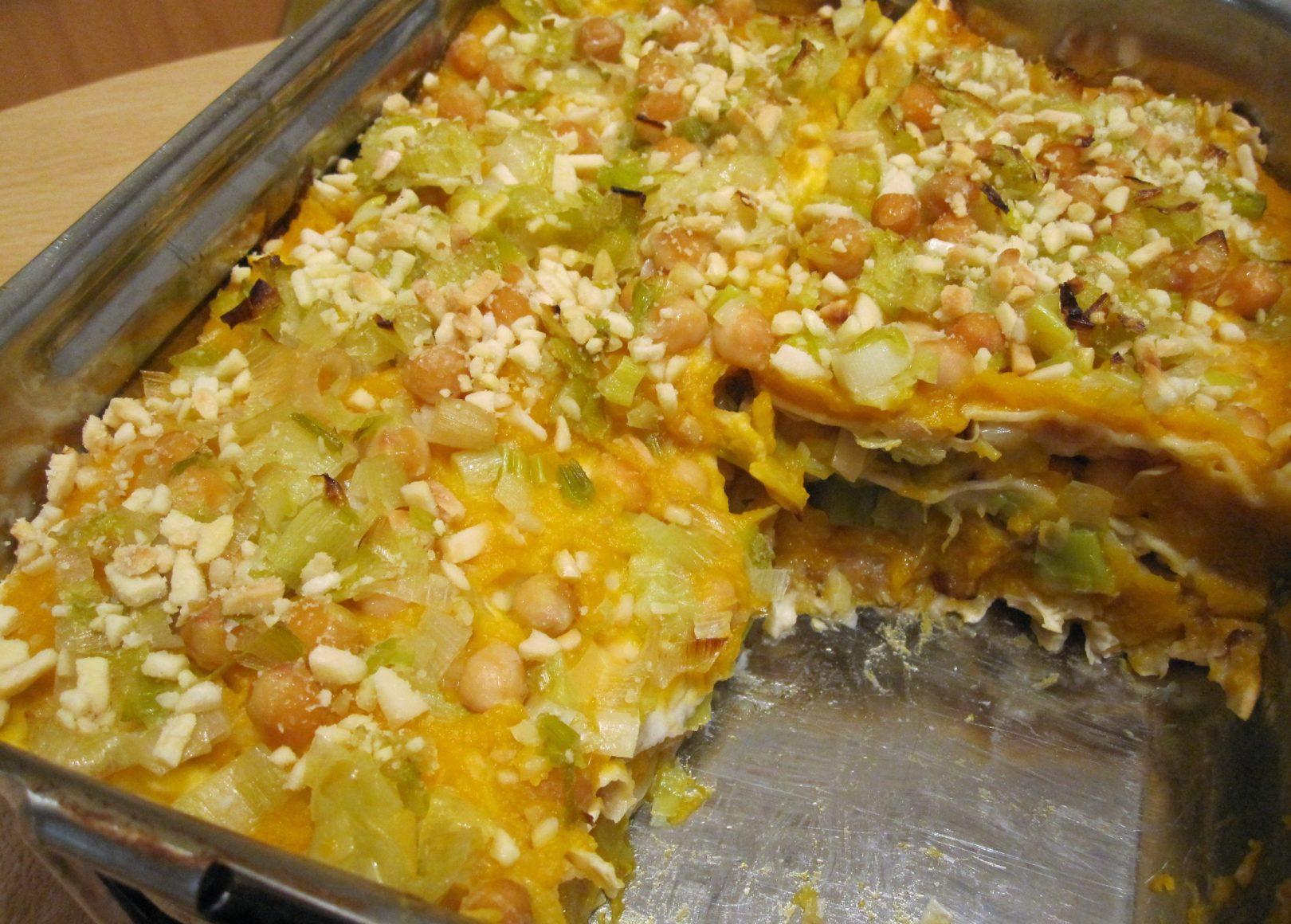 """""""Lasagne"""" di pane azzimo con crema di zucca, ceci e porri"""