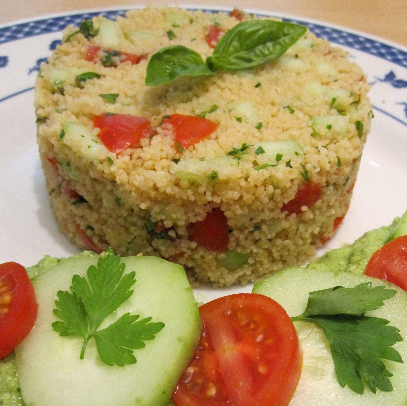 Couscous freddo con salsa al cetriolo e pomodorini