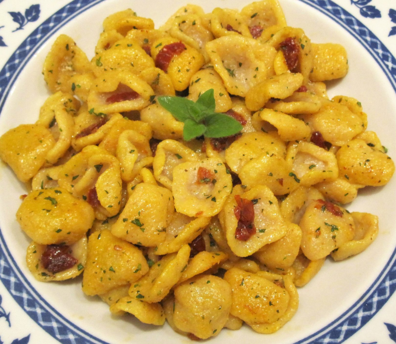 Orecchiette fatte in casa aglio, olio, zafferano e pomodori secchi