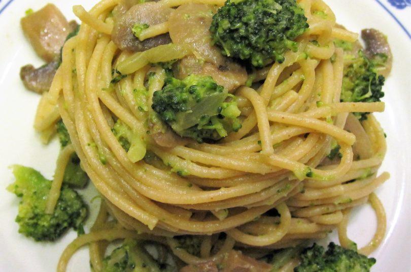 Spaghetti integrali con broccoli e champignon