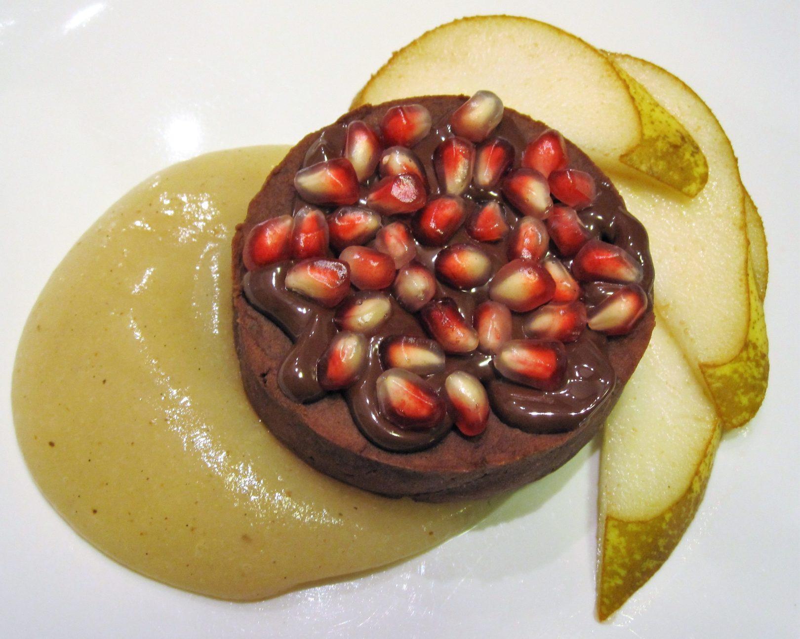 Tortino di patata dolce al cacao con salsa di pere alla vaniglia e chicchi di melagrana