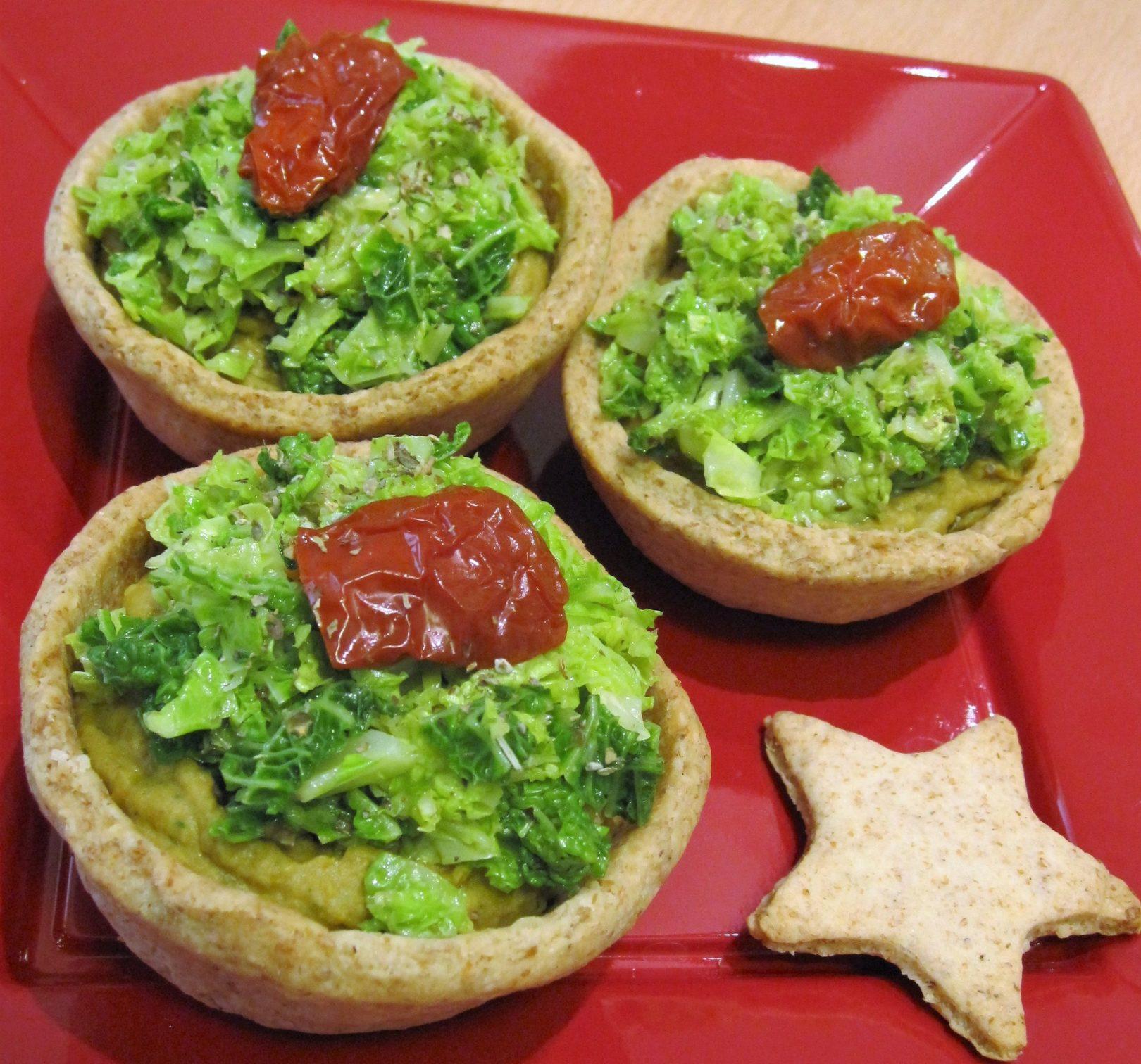 Cestini di pasta brisé con paté di lenticchie alla curcuma, verza e pomodorini secchi