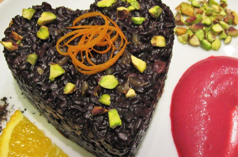 Riso venere agli agrumi con salsa rosa alla barbabietola e pistacchi