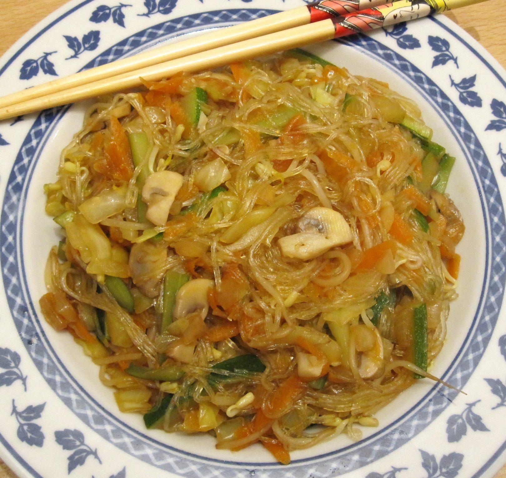Spaghetti di soia in stile orientale con verdure e germogli
