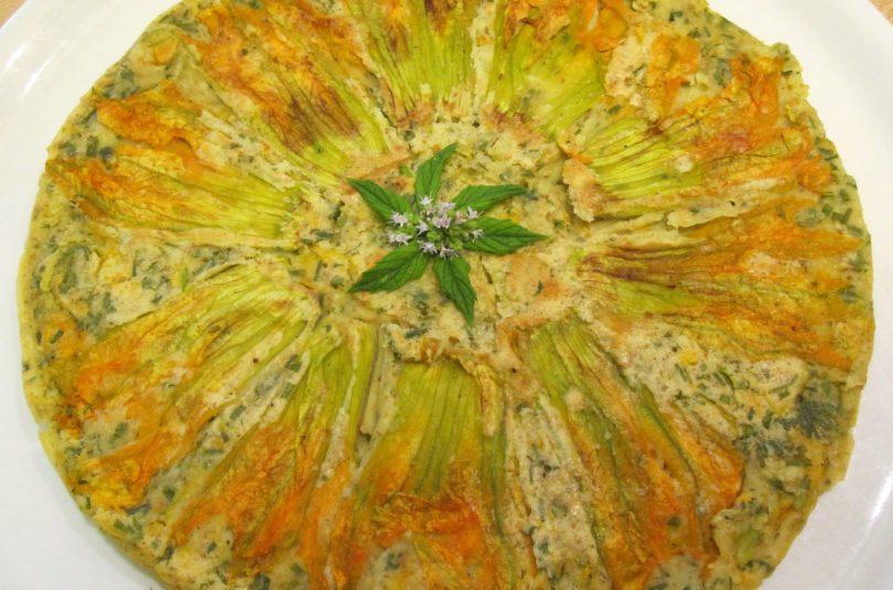 Frittata vegana cotta in padella ai cipollotti e fiori di zucca