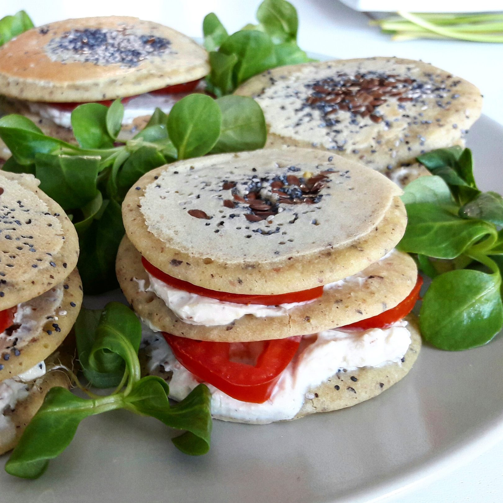 Pancake salate senza glutine con veg-formaggino autoprodotto e pomodorini al timo