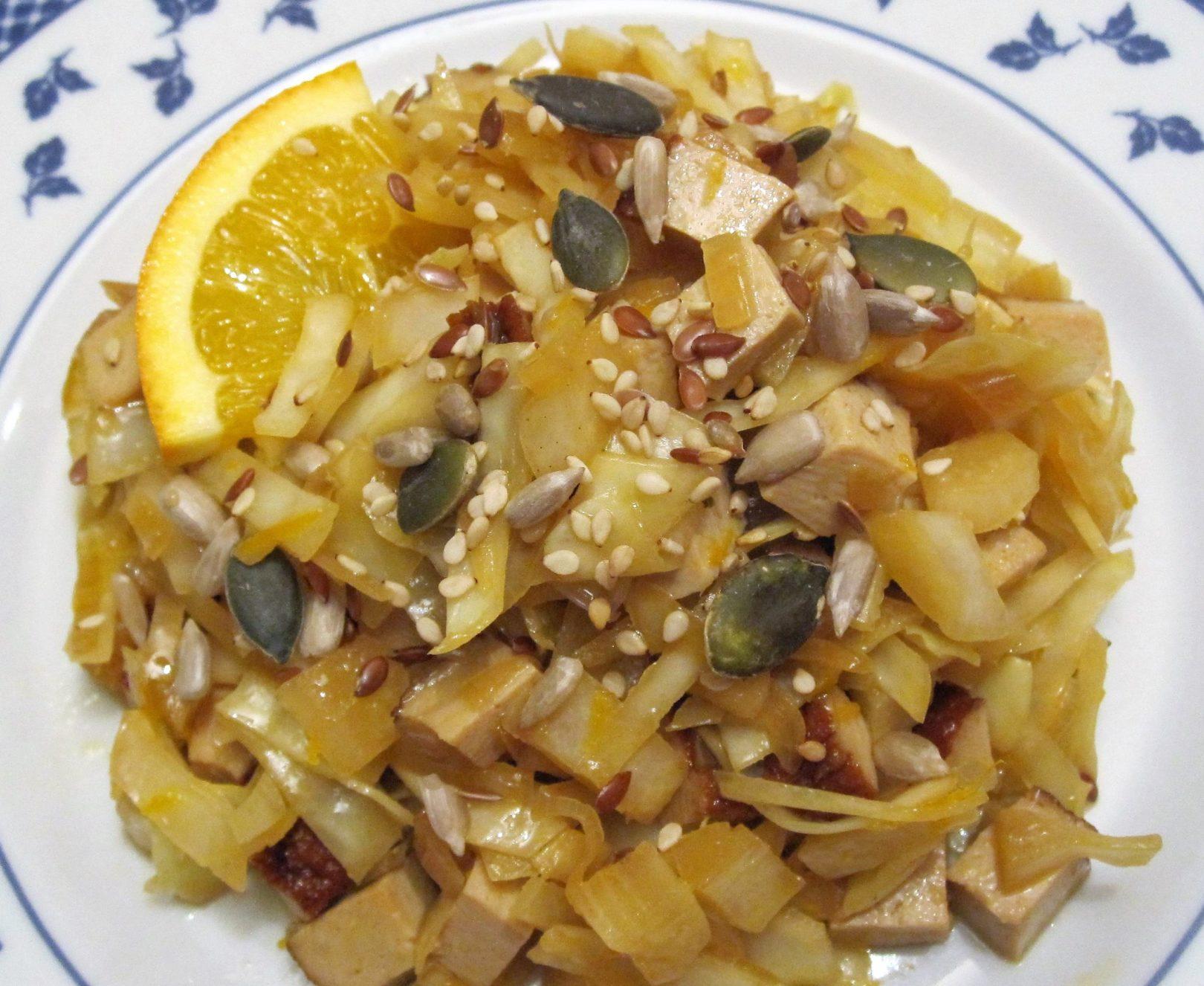 Insalata tiepida di cavolo cappuccio e tofu affumicato all'arancia