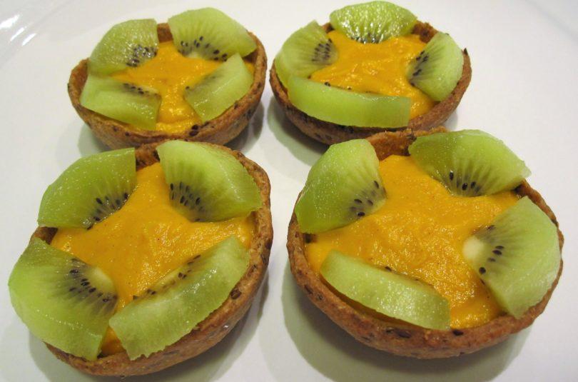 Tartellette integrali ai semi di lino con crema pasticcera di carote alla vaniglia e kiwi