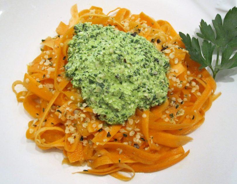 Tagliatelle crudiste di carote al pesto di semi di canapa e prezzemolo