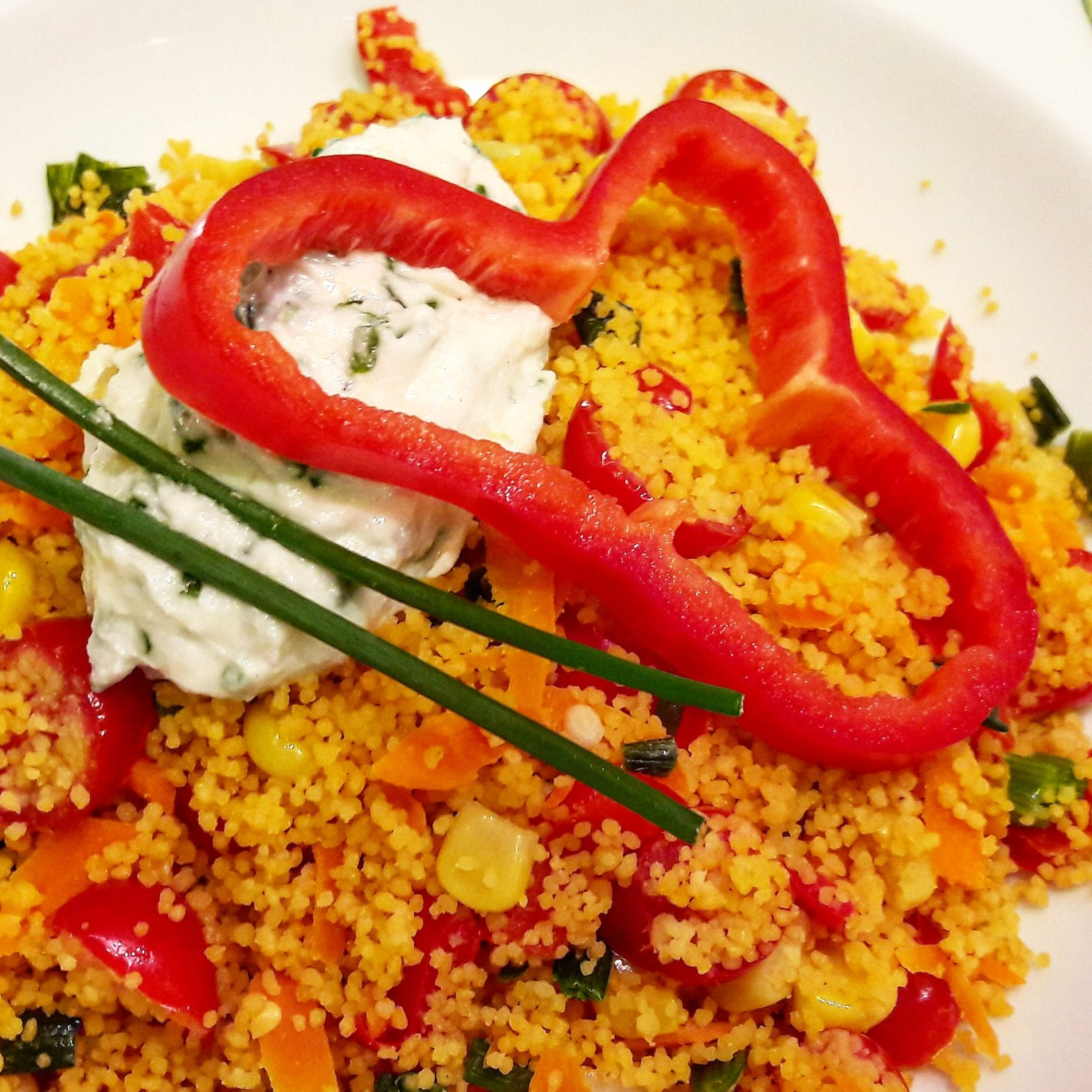 Couscous di ceci e lenticchie con verdure colorate e splamabile all'erba cipollina