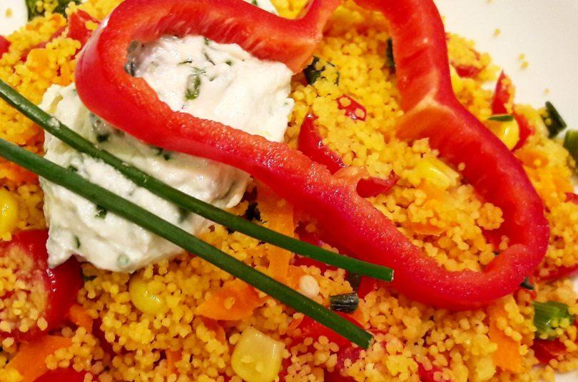 Couscous di ceci e lenticchie con verdure colorate e splamabile all'erba cipollina