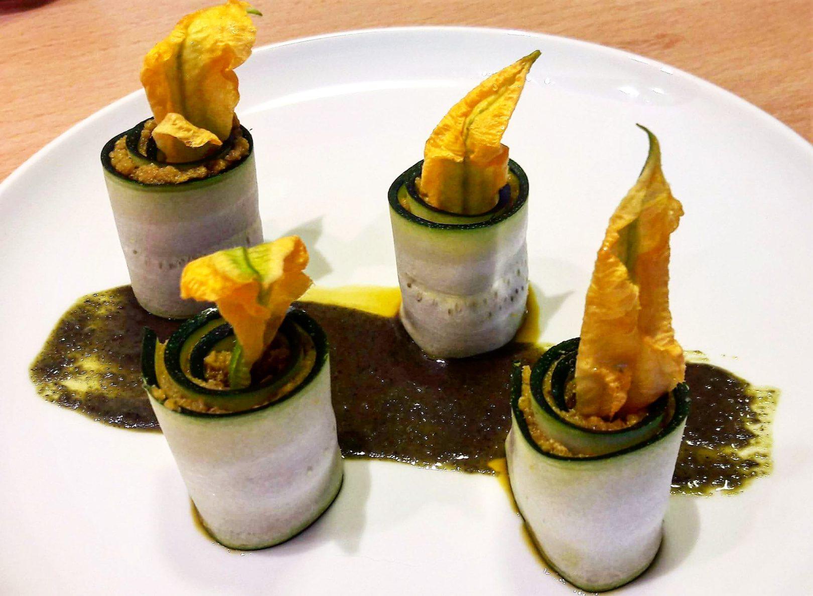 Rotolini crudisti di zucchine ripieni di zucca coi suoi semi e fiori