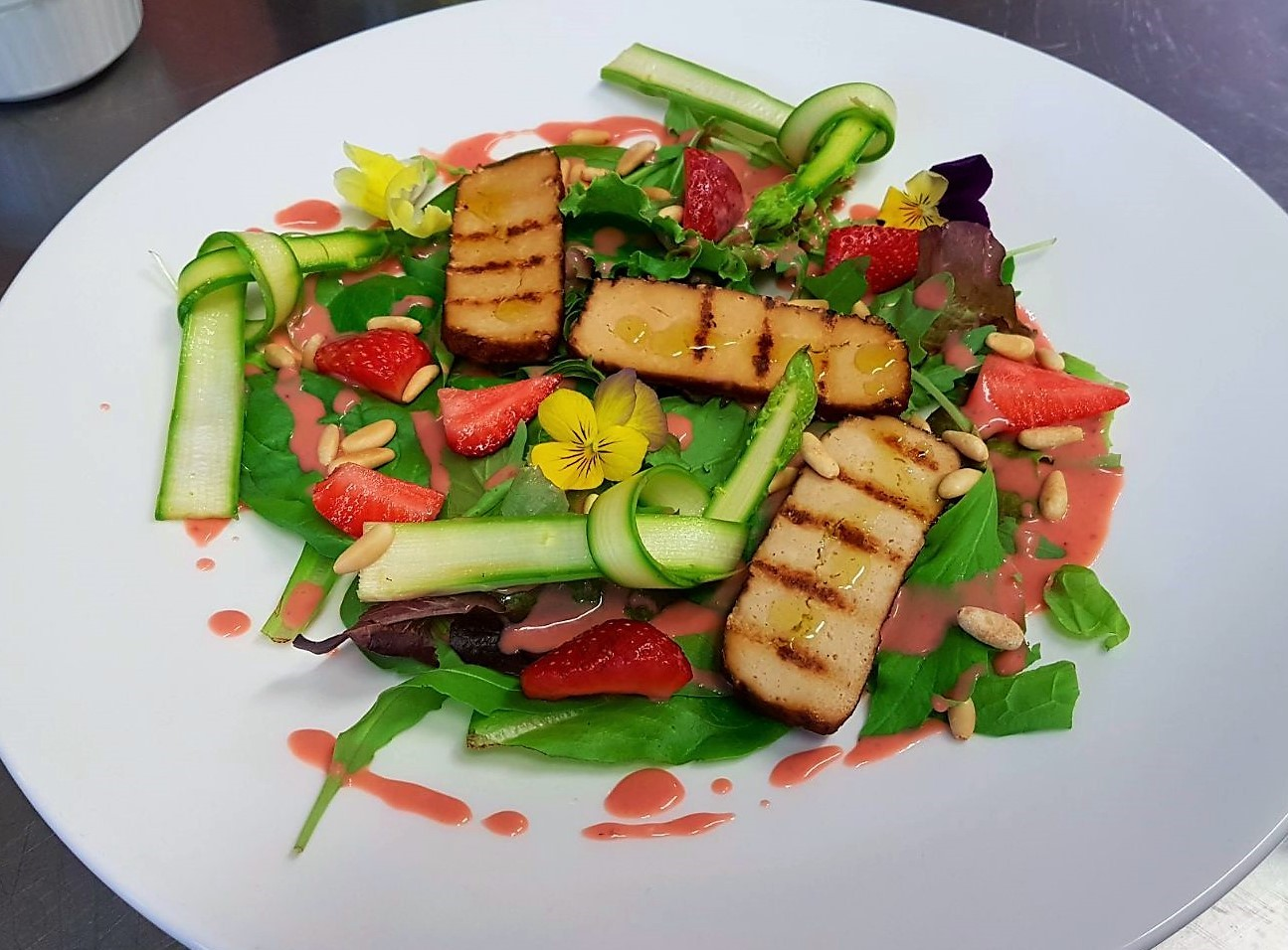 Insalata misticanza con tofu affumicato, asparagi e salsa di fragole