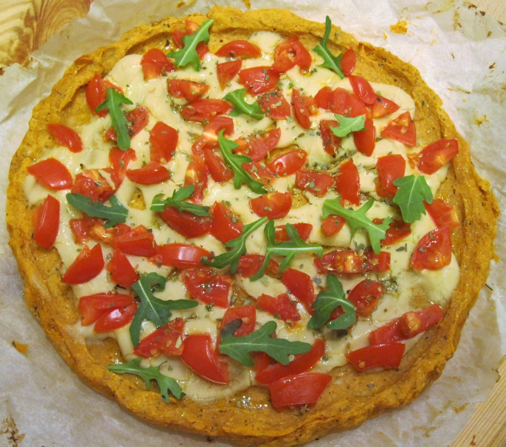 """Pizza di batata con crema """"formaggiosa"""" di cannellini e pomodorini"""