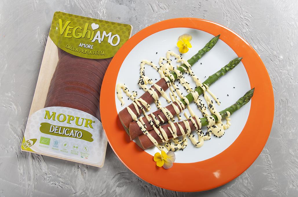 Asparagi delicati con maionese allo zafferano e sesamo nero