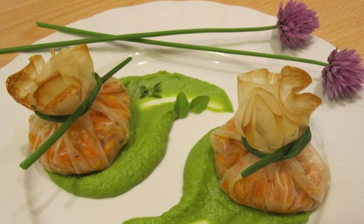 Fagottini ripieni di carote al timo su crema di piselli all'erba cipollina