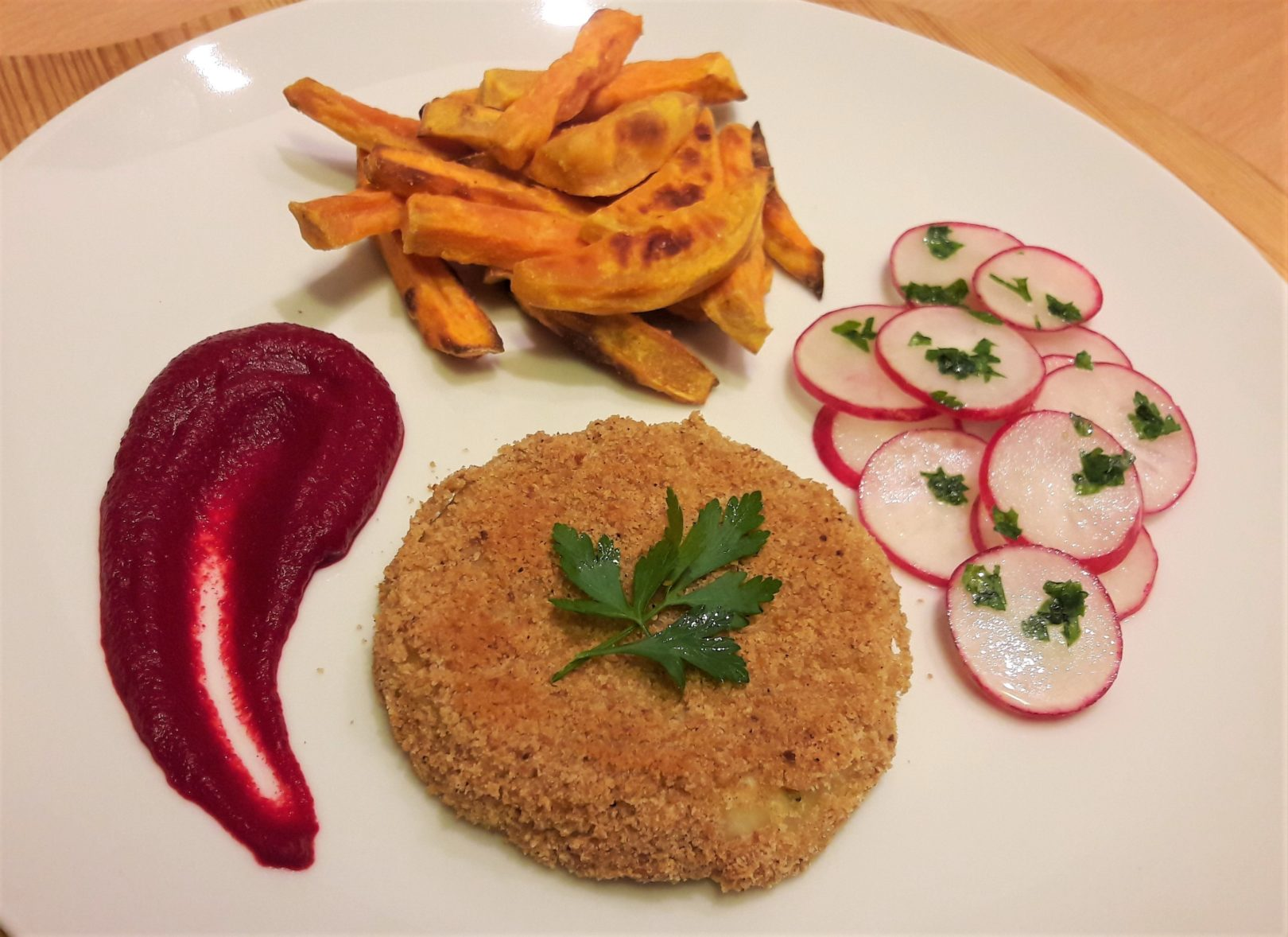 Cotolette di sedano rapa con patatine dolci, salsa di barbabietola allo zenzero e insalata di ravanelli