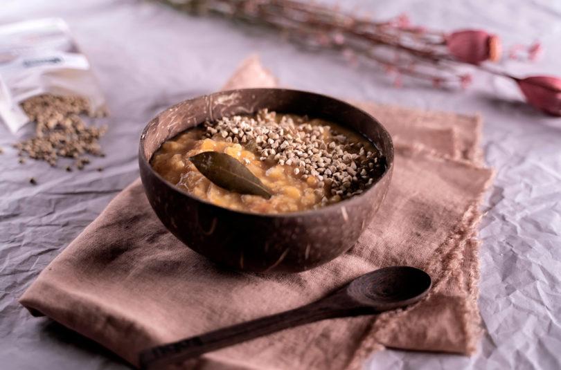 Zuppa cremosa di fave e zucca con saraceno tostato