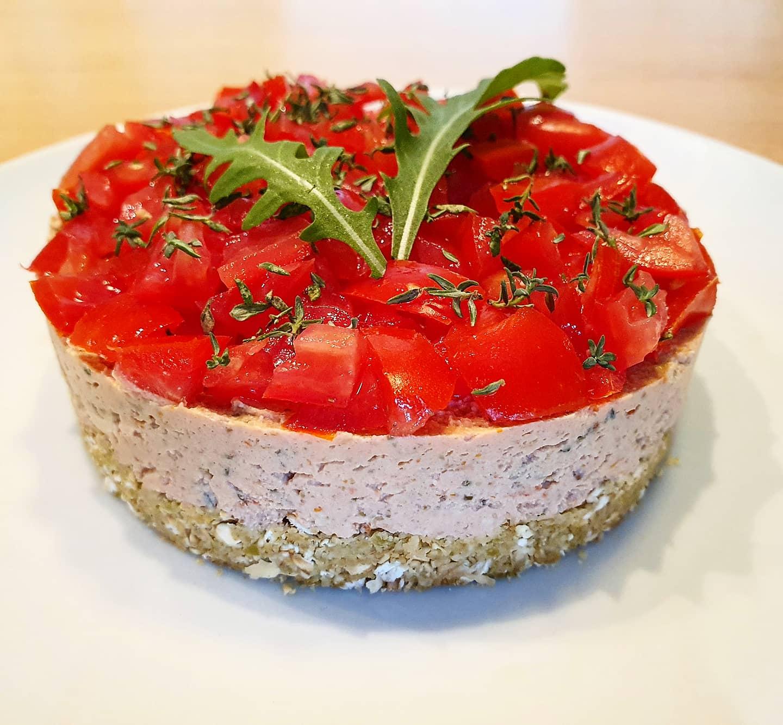 Cheesecake salata con tofu, pomodori secchi, capperi e olive