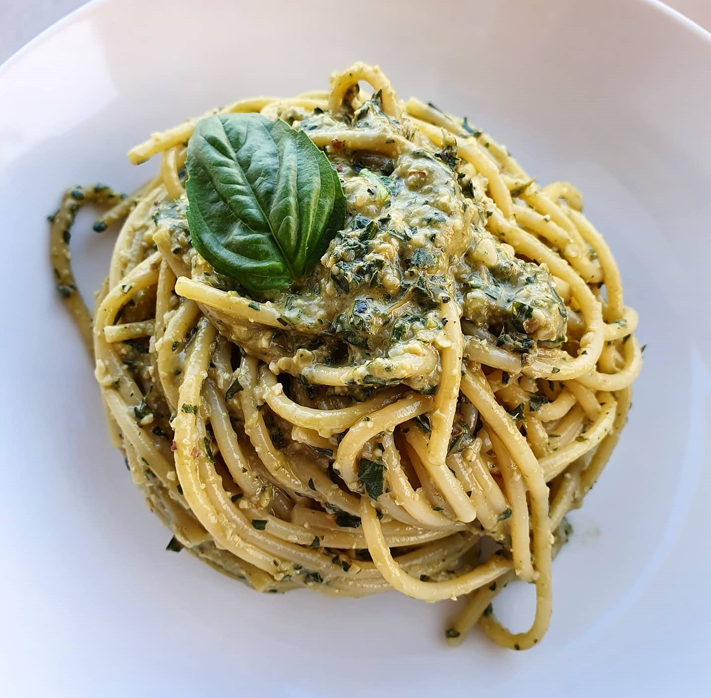 "Spaghetti al pesto di basilico ""light"" (con ingrediente segreto)"