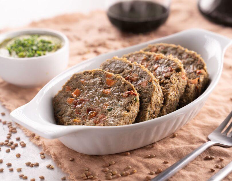 Polpettone di lenticchie con salsa ai piselli