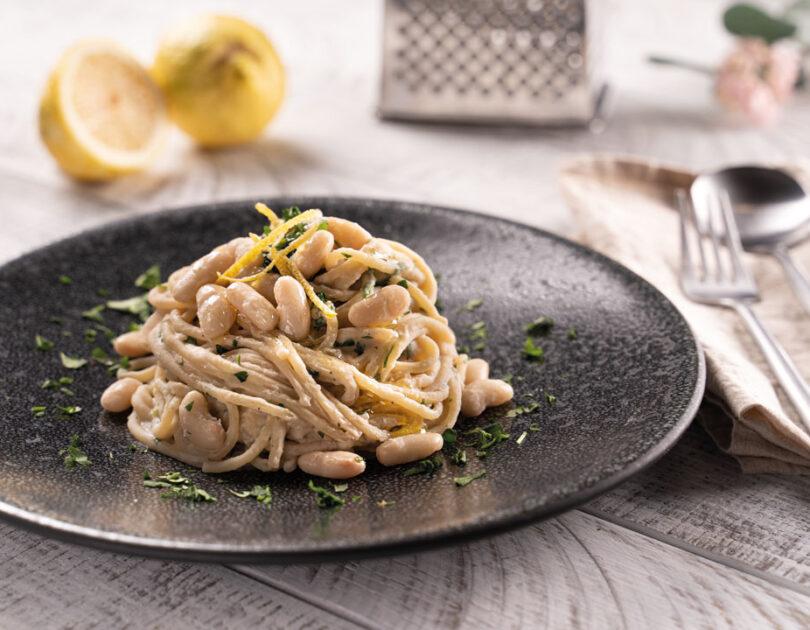 Spaghetti cremosi ai canellini, prezzemolo e limone