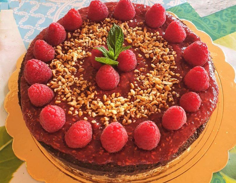 Cheesecake al cacao e nocciole con composta di lamponi ai semi di chia
