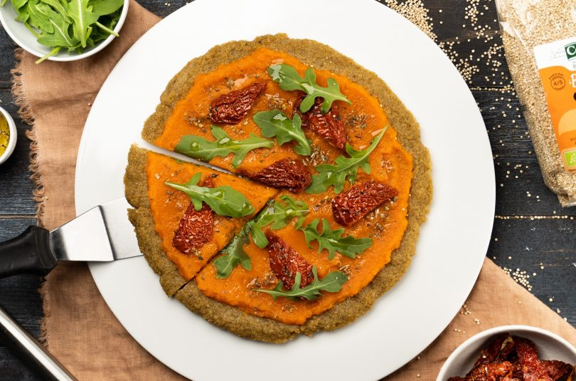 Pizza di quinoa con crema di carote e pomodori secchi